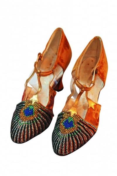 1925 年的法國金色高跟鞋。