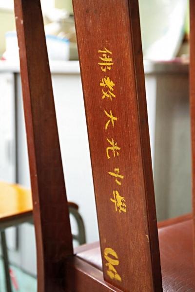 課室內仍保留舊校的書椅。