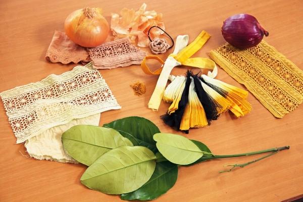 (左上)洋蔥粒,染出自然橙啡色earth tone。(左下)柚葉,淡綠色好清新唷,大愛!(右上)紅洋蔥,整個砌碎作植物染,估佢唔到,變成芥末黃。(右下)有機黃薑粉,食用之外,可染出鮮明黃色。