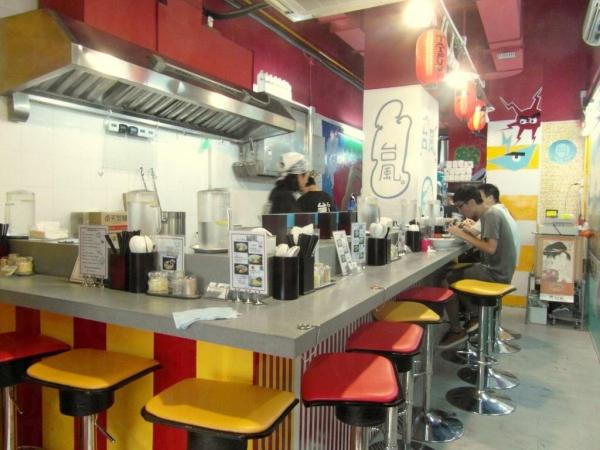 座位圍繞廚房,可以近距離欣賞製作過程