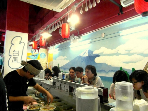 店內其中一面牆畫上了富士山