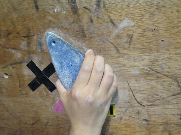 Pinching:以握的方式抓緊石塊,向上爬最好使力 (以輪胎造的攀石用石塊)