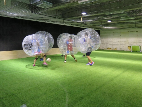 泡泡足球沒有嚴格規則,球員全部湧上前追蹤足球