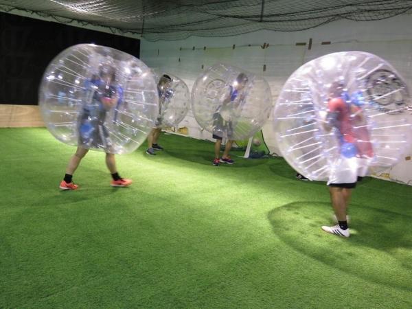 穿上泡泡要入球亦不易,守門員亦無法飛撲接球