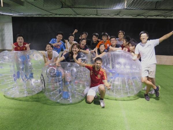 不懂踢足球的朋友亦能享受泡泡足球的樂趣,相當好氣氛!