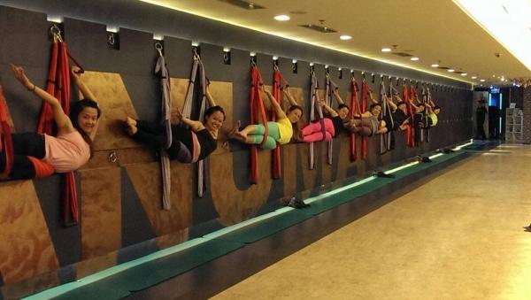玩空中瑜伽只要能克服對懸空的恐懼,便能完成倒吊於半空、弓起身體等紓展脊柱、四肢的動作。 (圖:Dickson Yoga)