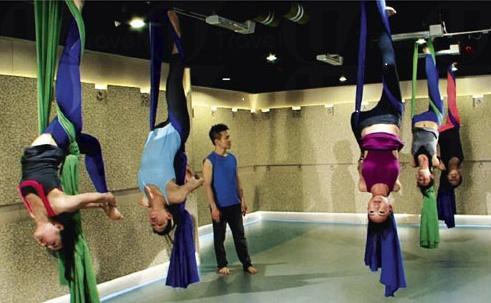 空中瑜珈能體驗倒掛半空的樂趣。 (圖:Dickson Yoga)