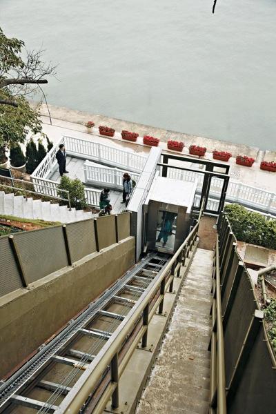 大澳文物酒店的升降機,則好像山頂纜車般,整部依着軌道打斜行。