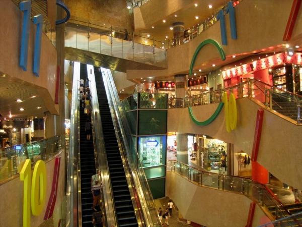 配合商場頂部的天幕設計,仿似一條通往天空的路,是名副其實的「天梯」。