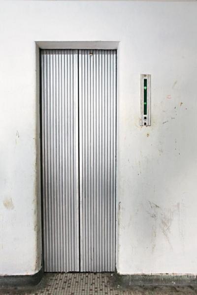 「這部電梯跟我們的收藏一樣,由信達生產,估計 60 年代尾至 70 年代初安裝,一來車立門已從拉閘改成自動開啟,二來機身主要是鋁,從設計角度看在當年可算非常前衛。」